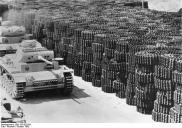 ADN-ZB II. Weltkrieg 1939-45 Panzer für die faschistischen deutsche Wehrmacht, die in einem deutschen Rüstungsbetrieb zum Abtransport bereit stehen. (Aufnahme: Oktober 1942/Reichelt)