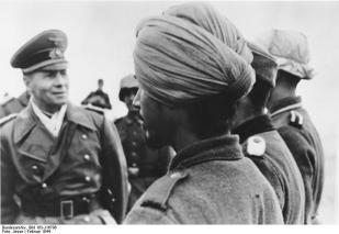 """Scherl: Generalfeldmarschall Rommel an der Biscaya Auf seinen Besichtigungsfahrten überprüft Feldmarschall Rommel nicht nur unsere Verteidigungsanlagen an der Küste, sondern überzeugt sich auch vom Stand der Ausbildung der Truppen. UBz: Generalfeldmarschall Rommel bei der Besichtigung einer Einheit """"Freies Indien"""", die sich aus indischen Freiwilligen zusammensetzt. PK-Jesse Zentralbild: II. Weltkrieg 1939-45. Im besezten Frankreich, Februar 1944. Generalfeldmarschall Erwin Rommel besichtigt eine Einheit der """"Indischen Legion"""". (Die indische Legion wurde aus in Europa lebenden Indern gebildet)"""